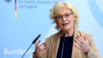 Bundesjustizministerin Christine Lambrecht fordert, die sozialen Netzwerke stärker an die Kandare zu nehmen.