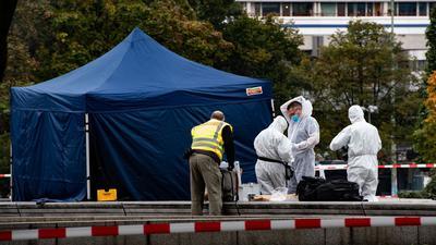 Kriminaltechniker arbeiten nahe dem Berliner Alexanderplatz unterhalb des Fernsehturms. Dort war die Leiche eines Mannes gefunden worden.