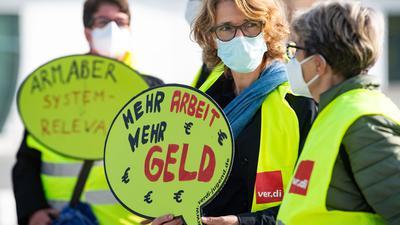 Beschäftigte des öffentlichen Dienstes machen bei einer Demonstration in Berlin auf die Forderungen der Gewerkschaften aufmerksam.