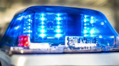 Bislang hält sich die Polizei bedeckt, um was es sich bei dem Gegenstand konkret handelt, der den Unfall verursacht hat.