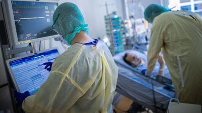 Krankenschwestern und Pflegekräfte arbeiten im besonders geschützten Teil der Intensivstation des Universitätsklinikums Greifswald.