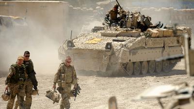 Mitglieder der Bundeswehr kehren nach einem Einsatz in das Polizeihauptquartier von Charrah Darreh zurück. Mit einem großen Gedenkakt würdigt die Berliner Politik nun den nach 20 Jahre abgeschlossenen Einsatz deutscher Soldaten in Afghanistan.