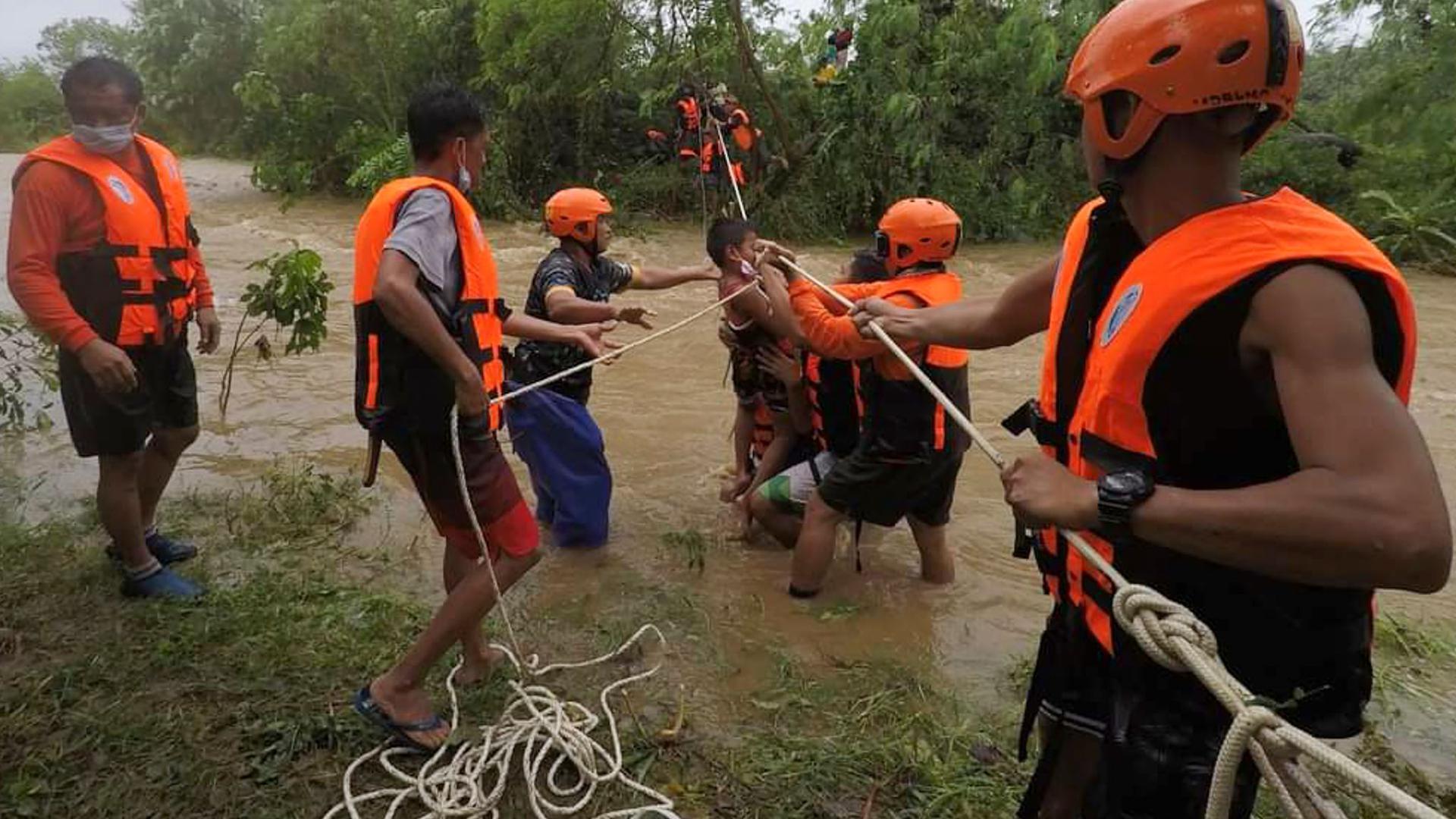 Rettungskräfte in Cagayan helfen während einer Evakuierung einem Kind.