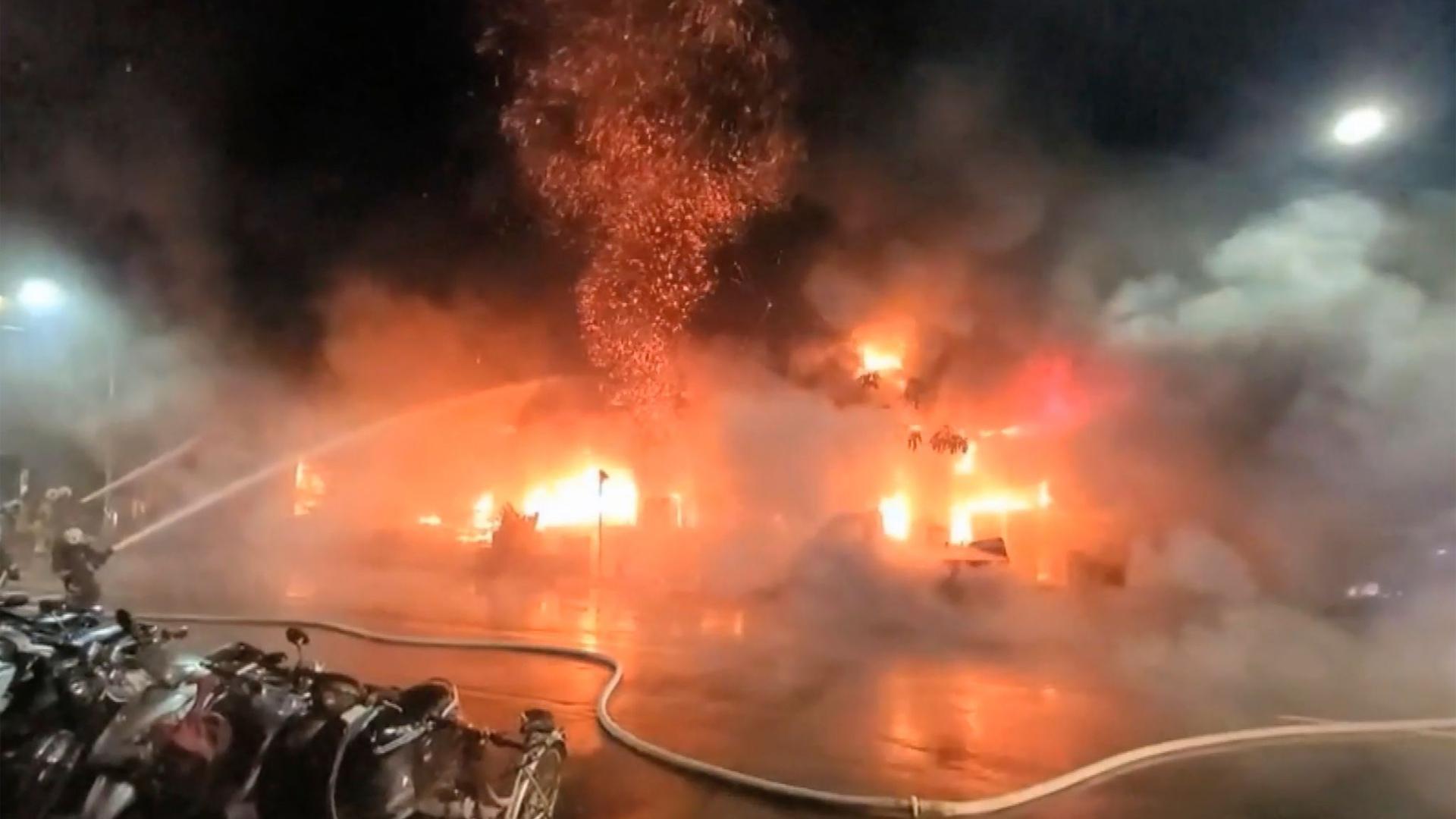 Kampf gegen die Flammen: Feuerwehrleute während der Löscharbeiten.