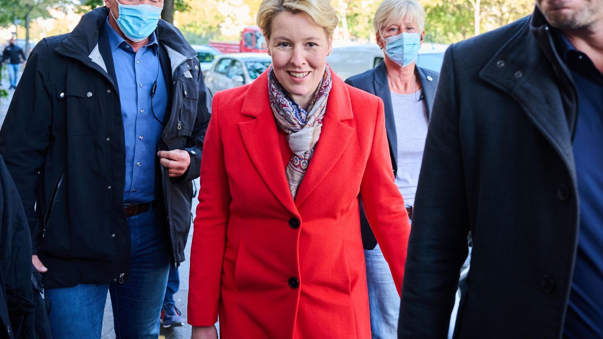 Franziska Giffey auf dem Weg in das Kurt-Schumacher-Haus, dem Sitz des Berliner SPD-Landesverbandes.