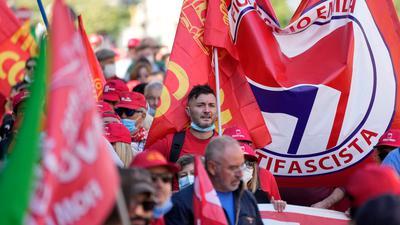Italiens Gewerkschaften haben die antifaschistische Demonstration als Reaktion auf einen rechtsextremen Angriff organisiert.
