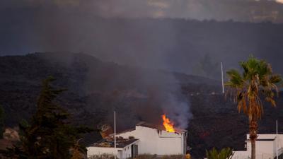 Ein Haus auf La Palma ist durch einen Lavastrom in Brand geraten.