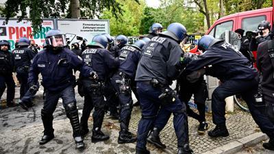 Polizisten nehmen einen Demonstranten am Rande der Räumungsaktion in Berlin-Mitte fest.