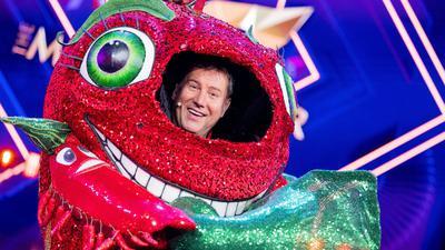 """Jens Riewa als """"Die Chili"""" in der Prosieben-Show """"The Masked Singer""""."""