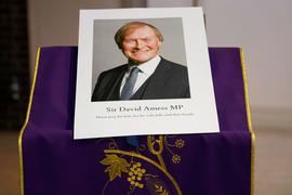 Ein Bild des ermordeten britischen konservativen Abgeordneten David Amess während einer Mahnwache in der katholischen Kirche St. Peters.