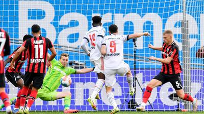 Stürmerstar Robert Lewandowski (2.v.r.) erzielt das Tor zur 2:0-Führung des FCBayern bei Bayer Leverkusen.