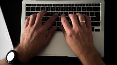 Einer Untersuchung zufolge waren soziale Plattformen zu Beginn der Pandemie von der Welle an Online-Rassismus überwältigt.