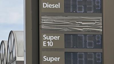 An einer Tankstelle werden die Preise für die unterschiedlichen Kraftstoffe angezeigt. (Archivbild)