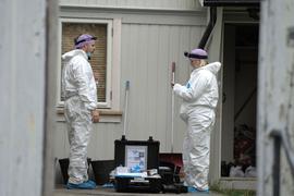 Techniker der Polizei untersuchen die Wohnung des Mannes, der in Kongsberg fünf Menschen getötet hat.