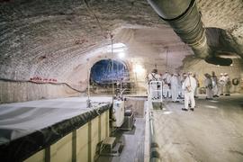 Eine Besuchergruppe steht im Atommülllager Asse neben einem Sammelbecken für radioaktiv belastete Lauge. (Archivbild)