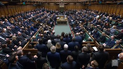Mit einer Schweigeminute haben die Abgeordneten im britischen Unterhaus ihres getöteten Kollegen David Amess gedacht.