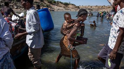 Flüchtlinge aus der Region Tigray kommen am Ufer des Tekeze-Setit im Sudan an. (Archivbild)