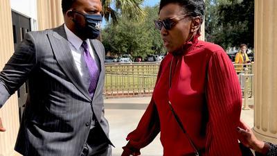 Wanda Cooper-Jones (r), die Mutter von Ahmaud Arbery, mit ihrem Anwalt Lee Meritt. Mehr als eineinhalb Jahre nach dem gewaltsamen Tod des schwarzen Joggers im US-Bundesstaat Georgia hat der Mordprozess gegen die drei weißen Angeklagten begonnen.