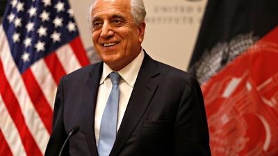 Zalmay Khalilzad bei einer Pressekonferenz. Nach dem chaotischen Abzug der US-Truppen aus Afghanistan tritt der US-Sonderbeauftragte für das Land von seinem Posten zurück.