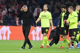 Nach der Niederlage gehen Dortmunds Trainer Marco Rose und die Spieler in Amsterdam vom Platz.