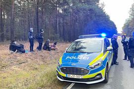 Bundespolizisten stehen neben einer Gruppe von Migranten, die zuvor über die deutsch-polnische Grenze gegangen waren.