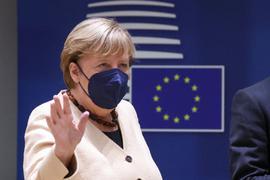 Bundeskanzlerin Angela Merkel (CDU) winkt bei ihrer Ankunft zu einem Gipfel der EU-Staats- und Regierungschefs.
