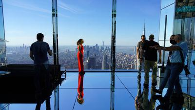 """Besucher bei der Eröffnung der neuen Aussichtsplattform """"Summit One Vanderbilt"""" in Manhattan."""