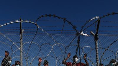 Migranten stehen hinter einem Zaun in einem Flüchtlingslager in Kokkinotrimithia außerhalb Zyperns Hauptstadt Nikosia.