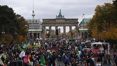 """Demonstranten versammeln sich bei Protestaktionen der Klimaschutzinitiative """"Fridays for Future"""" vor dem Brandenburger Tor."""