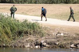 US-Grenzschutzbeamte sprechen mit einem haitianischen Migranten, der von Ciudad Acuna, Mexiko, in die USA eingereist ist. (Archivbild)