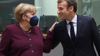 Emmanuel Macron, Präsident von Frankreich, begrüßt Bundeskanzlerin Angela Merkel (CDU) am zweiten Tag eines EU-Gipfels.