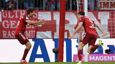 Bayerns Robert Lewandowski (r) jubelt mit Thomas Müller nach seinem Treffer.