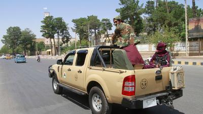 Taliban-Kämpfer patrouillieren in der Stadt Herat.