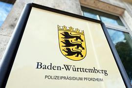 """Bei einem Einsatz am Wochenende hat die Polizei in Pforzheim nach eigenen Angaben einen Betrunkenen festgenommen – dabei sei es nötig gewesen, dessen """"Widerstand mit körperlicher Gewalt zu brechen"""". Ein Video davon kursiert im Internet."""