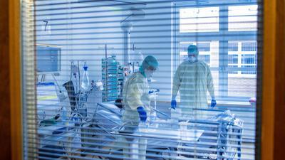 Ein an Covid-19 erkrankter Patient in einem Zimmer des besonders geschützten Teil einer Intensivstation.