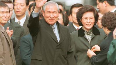 Der frühere südkoreanische Präsident Roh Tae Woo neben seiner Frau Kim Ok Sook, nachdem er 1997 aus dem Gefängnis entlassen wurde.