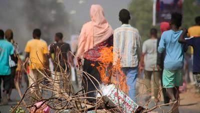 Pro-demokratische Demonstranten in Khartum blockieren mit Feuer die Straßen. Die EU droht den Putschisten in der ostafrikanischen Republik Sudan mit einem Stopp von Entwicklungshilfezahlungen.