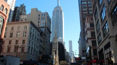 Blick auf das Empire State Buildung (M) in New York.