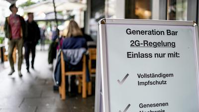 28.08.2021, Hamburg: Vor einer Bar im Hamburger Stadtteil St. Georg steht ein Hinweisschild, welches auf den Einlass nach der 2GRegel hinweist. Die in Hamburg eingeführte 2G-Regel besagt, dass nur noch Geimpfte und Genesene die jeweiligen Betriebe betreten dürfen. Foto: Axel Heimken/dpa +++ dpa-Bildfunk +++