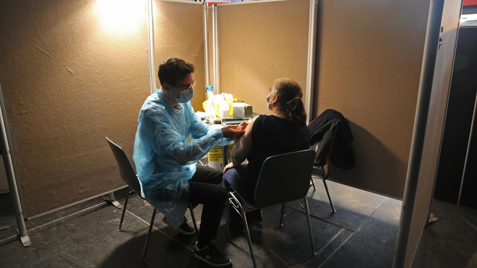 Une personne se fait vacciner dans le centre de vaccination éphémère installé au CSC Le Galet dans le quartier de Hautepierre, à Strasbourg le 20 avril 2021.