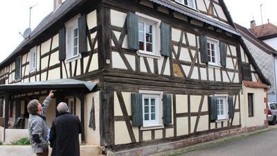 Ortsbegehung in Lembach: Denis Elbel (li.) und Charles Schlosser kämpfen für den Erhalt der Fachwerkhäuser, hier das älteste Haus des Dorfes von Mitte des 18. Jahrhunderts.