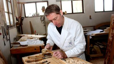 Marc Frohn bei der Arbeit in seinem Atelier in Hohwiller bei Soultz-sous-Forets. Oft ist er für Kirchen oder vermögende Menschen tätig.