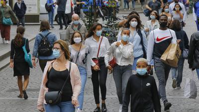 28.08.2020, Frankreich, Paris: Passanten in einer Einkaufspassage tragen Mundschutze. Seit Freitagmorgen (28. August) müssen die Menschen überall in Paris aufgrund der Corona-Pandemie unter freiem Himmel eine Maske tragen. Wer eine körperliche Aktivität wie Joggen oder Radfahren ausübe, bleibe von der Maskenpflicht befreit, teilte die Pariser Polizeipräfektur am Freitag mit. Foto: Michel Euler/AP/dpa +++ dpa-Bildfunk +++  