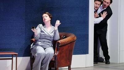 """""""Spotlight Don Giovanni"""": Szenenfoto mit Jennifer Feinstein als Donna Elvira, Nicholas Brownlee als Leporello und Konstantin Gorny als Don Giovanni."""