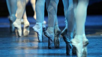 """Ensemblemitglieder vom Hamburg-Ballett von John Neumeier tanzen am Donnerstag (22.04.2010) bei der Fotoprobe zu """"Illusionen - wie Schwanensee"""" in der Staatsoper. Das Ballett feierte am Freitag (23.04.2010) seine Wiederaufnahme. Foto: Kay Nietfeld dpa/lno  +++(c) dpa - Bildfunk+++"""