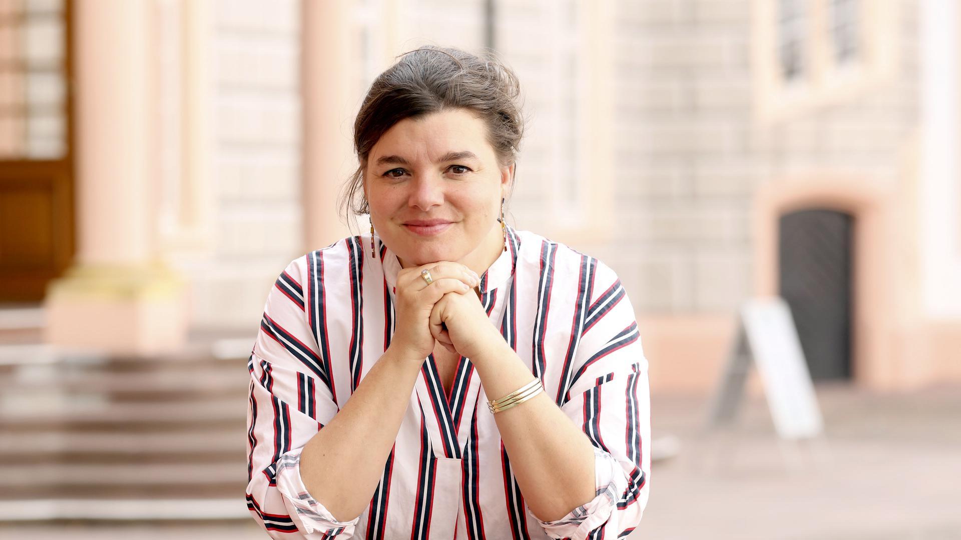 Erfolgreich: Solvejg Bauer leitet als erste weibliche Intendantin die Schlossfestspiele. Bauer vor der Spielstätte im Ettlinger Schloss