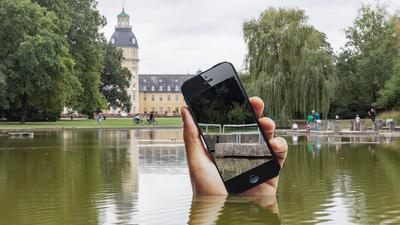 """Kunstwerk von Aram Bartholl """"Obsolete Presence"""" (2020) im Schlossgartenteich Karlsruhe, Beitrag zum Medienkunstfestival """"Seasons of Media Arts"""" (11.09.2020 bis Dezember 2020)"""