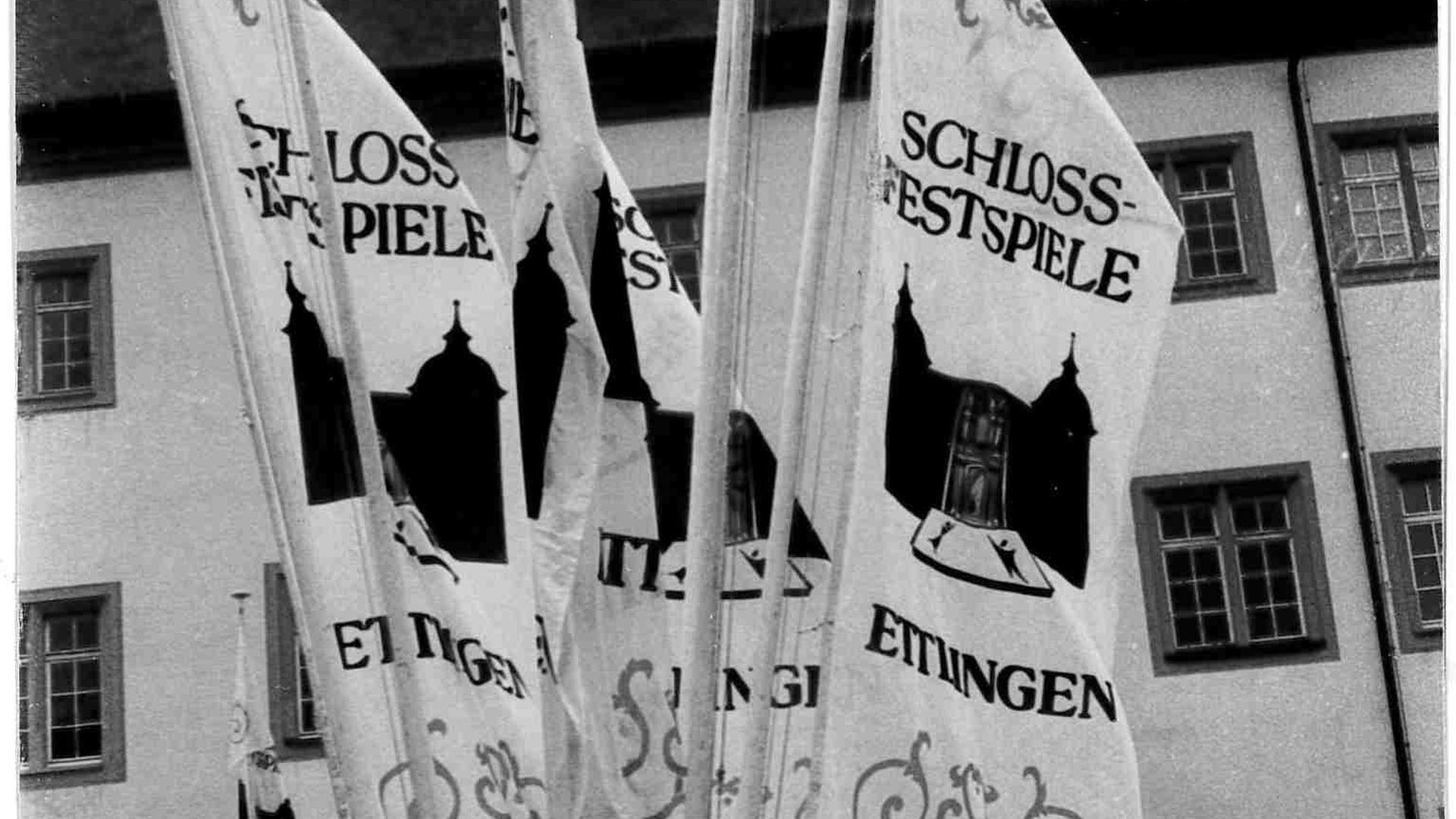 Festspielfahnen locken in den Schlosshof.