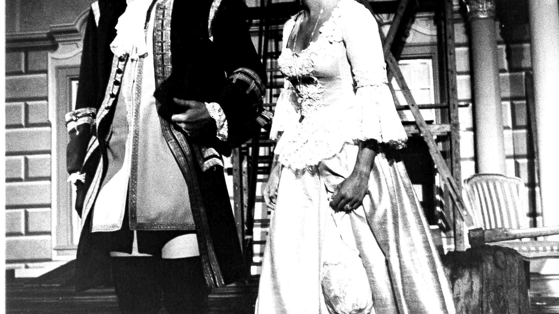 """Zurechtgemacht: Elisabeth Augustin vom Wiener Burgtheater in der Titelrolle des Lessing-Lustspiels """"Minna von Barnhelm"""" und Gerd Seid als Major von Tellheim bei der zweiten Premiere der Ettlinger Schlossfestspiele 1979."""