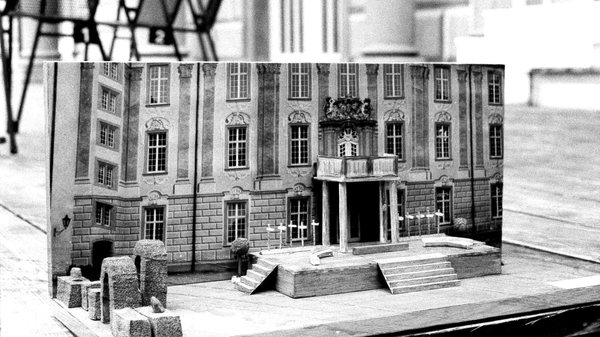 """Miniatur: Modell des Bühnenbildes von """"Der Widerspenstigen Zähmung"""" von 1979."""